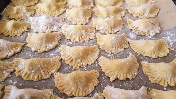 Agnolotti aus Hartweizengrieß, gefüllt mit Feige und Pecorino, dazu Nussbutter mit Salbei